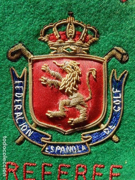 Coleccionismo deportivo: Excelente bordado. Escudo árbitro de la Federación Española de Golf. - Foto 2 - 164989002