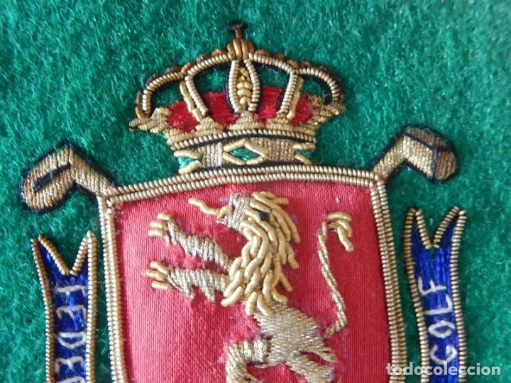 Coleccionismo deportivo: Excelente bordado. Escudo árbitro de la Federación Española de Golf. - Foto 4 - 164989002