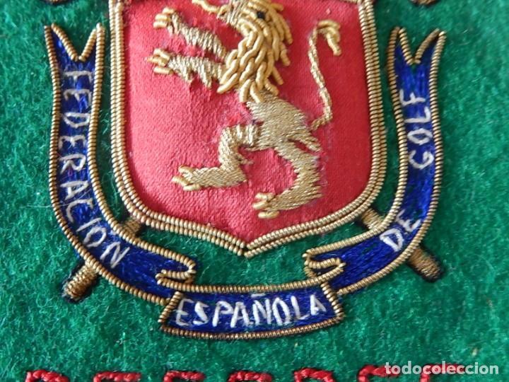 Coleccionismo deportivo: Excelente bordado. Escudo árbitro de la Federación Española de Golf. - Foto 6 - 164989002