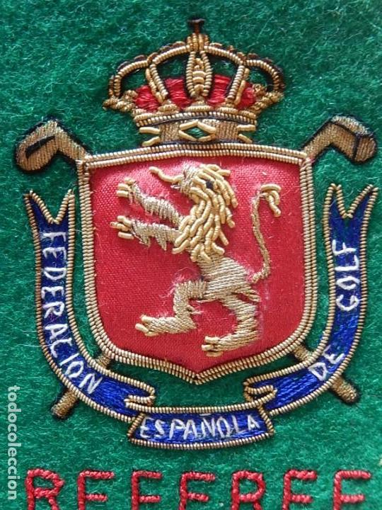 Coleccionismo deportivo: Excelente bordado. Escudo árbitro de la Federación Española de Golf. - Foto 9 - 164989002