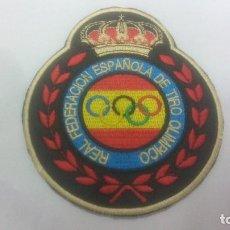 Coleccionismo deportivo: PARCHE DE TELA BORDADO NUEVO DE ARBITRO NACIONAL DE LA REAL FEDERACION ESPAÑOLA DE TIRO OLIMPICO. Lote 169924572
