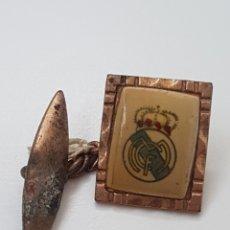 Coleccionismo deportivo: BOTON DE HOJAL ANTIGUO. CON ESCUDO REAL MADRID. Lote 176892938
