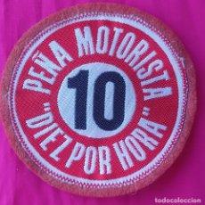 Coleccionismo deportivo: PEÑA MOTORISTA DIEZ POR HORA. PARCHE DE TELA BORDADO, NUEVO. AÑOS70/ 80.. Lote 194709933