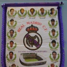 Coleccionismo deportivo: BANDERÍN DEL REAL MADRID CLUB DE FÚTBOL. AÑO 1988. HUGO SÁNCHEZ, MICHEL, BUTRAGUEÑO, CAMACHO. 44CM. Lote 217492805