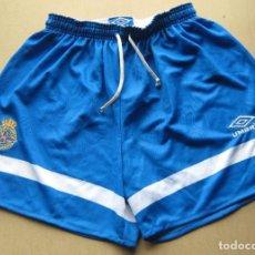 Coleccionismo deportivo: PANTALON FUTBOL DEPORTIVO A LA CORUÑA OFICIAL UMBRO TALLA XL EN AZUL NUEVO NEW SIN USO SHORT. Lote 218918497