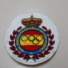 Coleccionismo deportivo: PARCHE TELA PARA CAMISA JUEZ ARBITRO DE LA REAL FEDERACION ESPAÑOLA DE TIRO OLIMPICO PRECISION PLATO. Lote 220633091