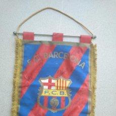 Coleccionismo deportivo: BANDERÍN FIRMADO POR JUGADORES DEL FC BARCELONA. Lote 222134347