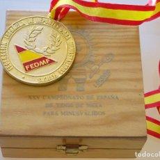 Coleccionismo deportivo: MEDALLA CON CAJA. XXV CAMPEONATO DE ESPAÑA DE TENIS DE MESA 1994. PING PONG. FEDMF. 200GR. Lote 222290172