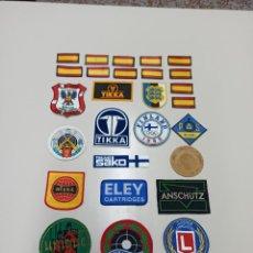 Coleccionismo deportivo: LOTE DE 27 PARCHES TELA 12 TIRO OLIMPICO TIRO DEPORTIVO ARMAS MUNICIONES Y 12 BANDERA ESPAÑA.. Lote 237573915