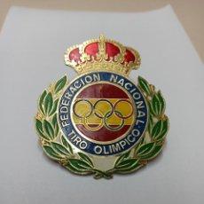 Coleccionismo deportivo: CHAPA PLACA INSIGNIA FEDERACION NACIONAL TIRO OLIMPICO CON TORNILLOS. PRECISION Y PLATO.. Lote 253921135