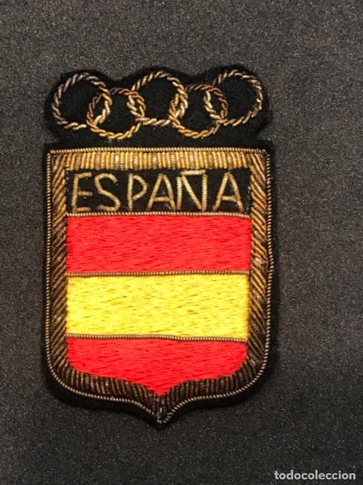 ESCUDO OLÍMPICO DE LA SELECCIÓN ESPAÑOLA BORDADO HILO DE ORO 1960'S. (Coleccionismo Deportivo - Ropa y Complementos - Complementos deportes)