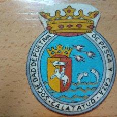 Coleccionismo deportivo: ESCUDO DE TELA. CALATAYUD. SOCIEDAD DEPORTIVA DE PESCA Y CAZA. ESCUDO... Lote 296588988