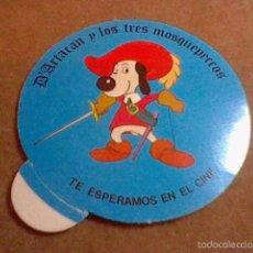Coleccionismo Cromos antiguos: CROMO PEGATINA D´ARTACAN Y LOS TRES MOSQUEPERROS TE ESPERAMOS EN EL CINE. Lote 56495939