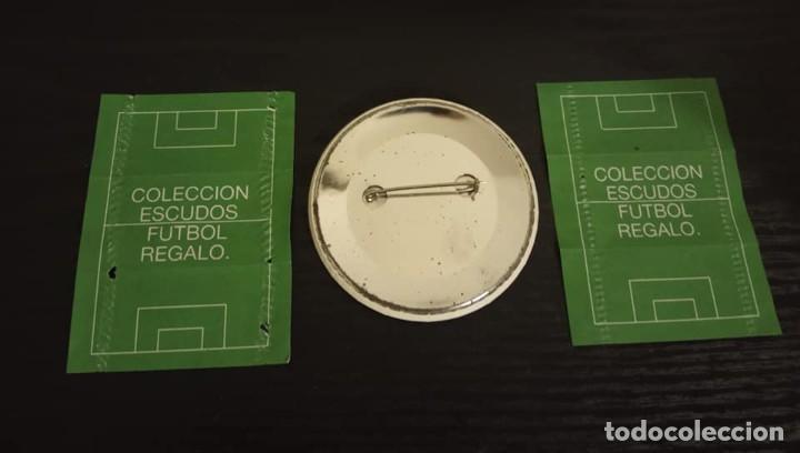 Coleccionismo Cromos antiguos: -CROMO ESCUDO + CHAPA DE FUTBOL ESCUDOS DE FUTBOL AÑOS 80 : REAL SOCIEDAD + CROMO PREMIO UEFA - Foto 2 - 204545495