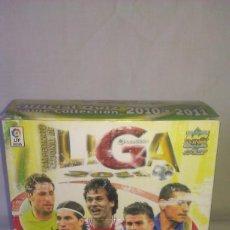 Cromos de Fútbol: CAJA CON 50 SOBRES DE CROMOS NUEVOS SIN ABRIR DE LA COLECCIÓN QUIZ GAME LIGA 2010 2011 DE MUNDICROMO. Lote 116510634