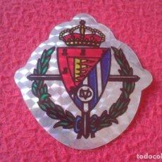 Cromos de Fútbol: CROMO PEGATINA ADHESIVO STICKER TROQUELADO AÑOS 80 90 ESCUDO FÚTBOL REAL VALLADOLID TIPO HOLOGRAMA... Lote 175385043
