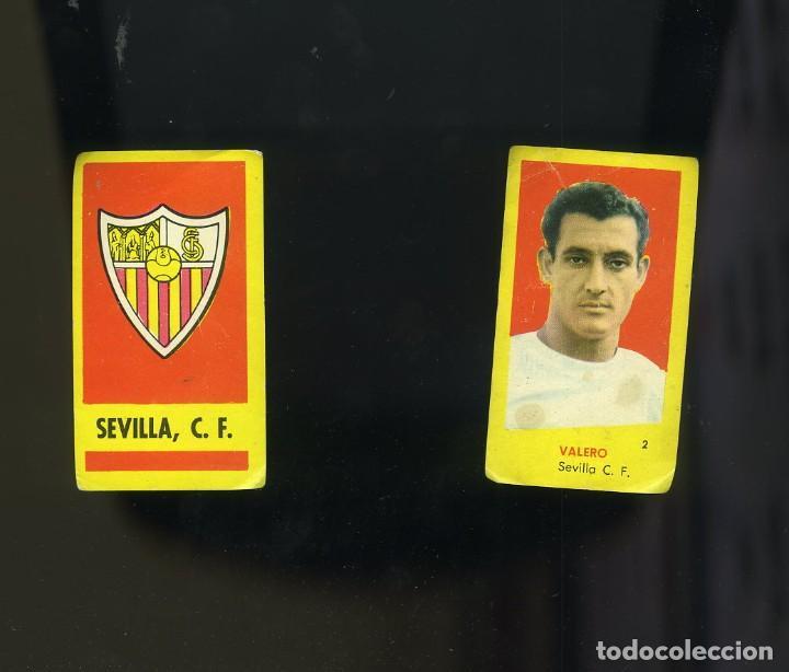 CAMPEONES 1961. 2 CROMOS NUNCA PEGADOS DEL SEVILLA: ESCUDO DEL EQUIPO Y VALERO (Coleccionismo Deportivo - Álbumes y Cromos de Deportes - Cromos de Fútbol)