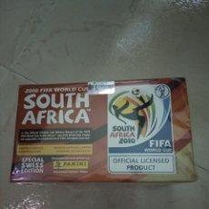 Cromos de Fútbol: CAJA PRECINTADA MUNDIAL 2010 DE SUDÁFRICA DE PANINI 100 SOBRES, 500 CROMOS. Lote 214011113