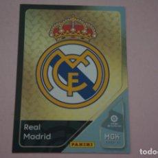 Cromos de Fútbol: CROMO CARD DE FÚTBOL ESCUDO DEL REAL MADRID C.F. Nº 217 LIGA MEGACRACKS 2020-2021/20-21. Lote 221428833