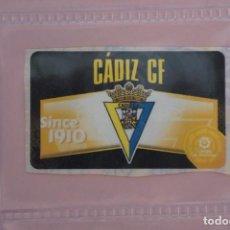 Cromos de Fútbol: CHICLE DE FUTBOL ESCUDO DEL CADIZ C.F. SIN PEGAR LIGA ESTE 2020-2021/20-21. Lote 222063250