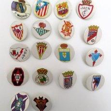 Cromos de Fútbol: ESCUDOS FUTBOL 18 CHAPAS REAL MADRID BARCELONA BETIS JEREZ JAEN RAYO CELTA SEVILLA + 3 PINS CICLISMO. Lote 224296316