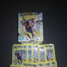 Cromos de Fútbol: UNA CAJA DE 50 SOBRES MAS 10 SOBRES SUELTOS LIGA ESTE 2013 2014. Lote 226921740