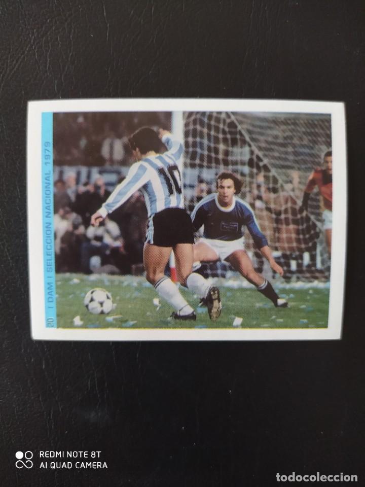 20 CROMO PEGATINA SELECCIÓN NACIONAL 1979 MARADONA MEJOR JUGADOR DEL SIGLO FIGO NUEVO DIFICIL (Coleccionismo Deportivo - Álbumes y Cromos de Deportes - Cromos de Fútbol)