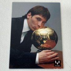 Cromos de Fútbol: OFFICIAL MESSI CARD COLLECTION Nº 67 - ICONS - LEO BESA SU PRIMER BALÓN DE ORO EN 2009. Lote 288002918