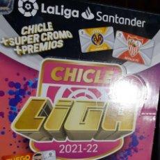 Cromos de Fútbol: CROMO CHICLE LIGA, TEMPORADA 2021/22, PANINI, ESCUDO BARCELONA (NUEVO Y EN SU PAPEL ORIGINAL). Lote 297386878