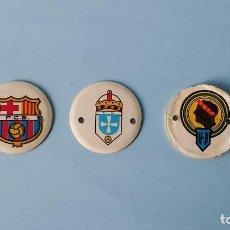 Coleccionismo Cromos troquelados antiguos: 3 CROMOS REDONDOS CARTÓN CHAPAS COCA COLA SIMIL ESCUDOS FUTBOL FC BARCELONA AUTÉNTICOS AÑOS SETENTA.. Lote 109313531