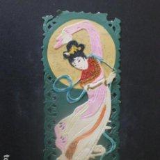 Coleccionismo Cromos troquelados antiguos: MUJER ORIENTAL CHINA JAPON TARJETA CON CROMO TROQUELADO. Lote 209680545