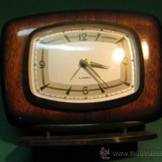 Despertadores antiguos: PRECIOSO RELOJ DESPERTADOR SOBREMESA MANUAL. AÑOS 1950 - 1960, MADERA LACADA, EUROPA. Lote 32037404