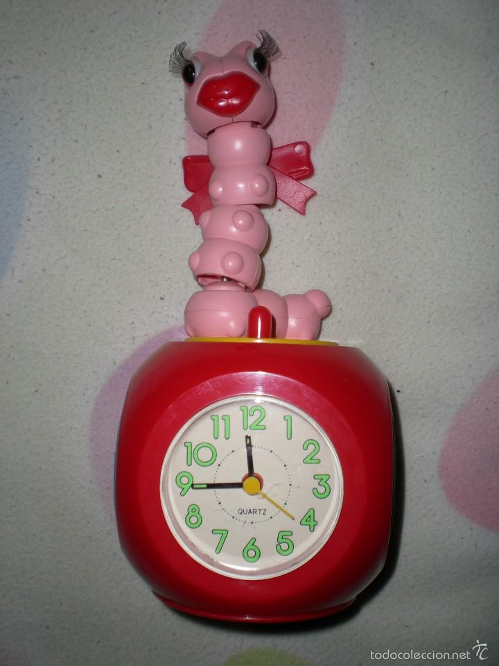 GRACIOSO RELOJ DESPERTADOR CON RADIO MANZANA Y GUSANO ARTICULADO 26 CM FUNCIONANDO PERFECTO AÑOS 80 (Relojes - Relojes Despertadores)