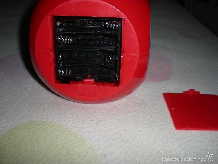 Despertadores antiguos: gracioso reloj despertador con radio manzana y gusano articulado 26 cm funcionando perfecto años 80 - Foto 2 - 55826161