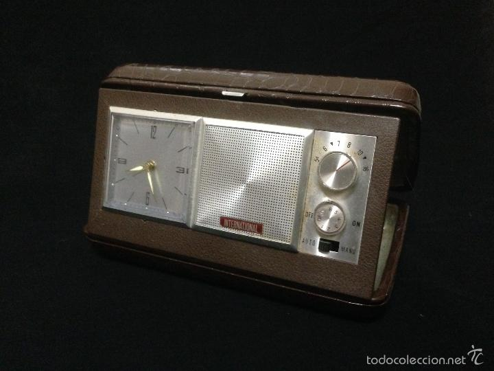 Despertadores antiguos: RELOJ DESPERTADOR CON RADIO AM DE VIAJE MARCA INTERNATIONAL - Foto 2 - 119630914