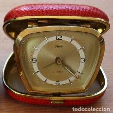 Despertadores antiguos: BONITO RELOJ DESPERTADOR DE VIAJE DE CUERDA MARCA SCHATZ DE ALEMANIA AÑOS 50/60 2 JEWELS. Lote 47845484