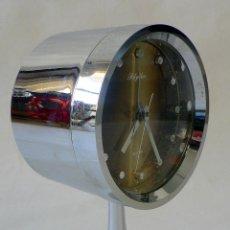 Despertadores antiguos: RELOJ DESPERTADOR CROMADO RHYTHM SPACE AGE SOBRE PEDESTAL TULIP AÑOS 60 70 DE CARGA MANUAL. Lote 68017261