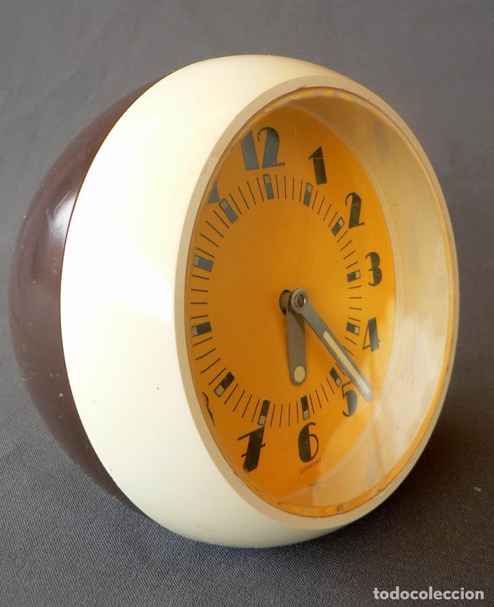 RELOJ DE ESTETICA MUY POP FABRICADO EN ALEMANIA Y DE CARGA MANUAL DE LOS AÑOS 50 60 EN PLASTICO (Relojes - Relojes Despertadores)