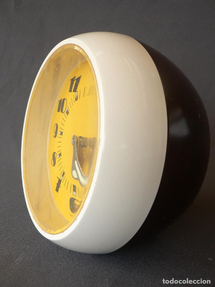 Despertadores antiguos: RELOJ DE ESTETICA MUY POP FABRICADO EN ALEMANIA Y DE CARGA MANUAL DE LOS AÑOS 50 60 EN PLASTICO - Foto 2 - 68113521