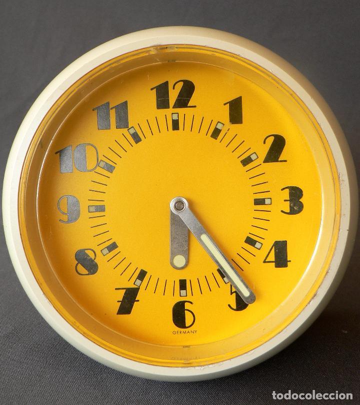 Despertadores antiguos: RELOJ DE ESTETICA MUY POP FABRICADO EN ALEMANIA Y DE CARGA MANUAL DE LOS AÑOS 50 60 EN PLASTICO - Foto 4 - 68113521