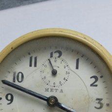 Despertadores antiguos: RELOJ DESPERTADOR ANTIGUO META AÑOS 60 FUNCIONANDO. Lote 80045459
