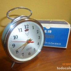 Despertadores antiguos: RELOJ DESPERTADOR WHITE DOVE. AÑOS 70. CARGA MANUAL. A ESTRENAR, DE STOCK DE RELOJERÍA. VINTAGE. Lote 80974424