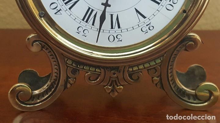 Despertadores antiguos: Reloj despertador francés de sonería con adornos en bronce. - Foto 4 - 81628080
