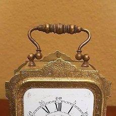 Despertadores antiguos: RELOJ DESPERTADOR DE VIAJE EN LATÓN CINCELADO. EN FUNCIONAMIENTO.. Lote 81633432