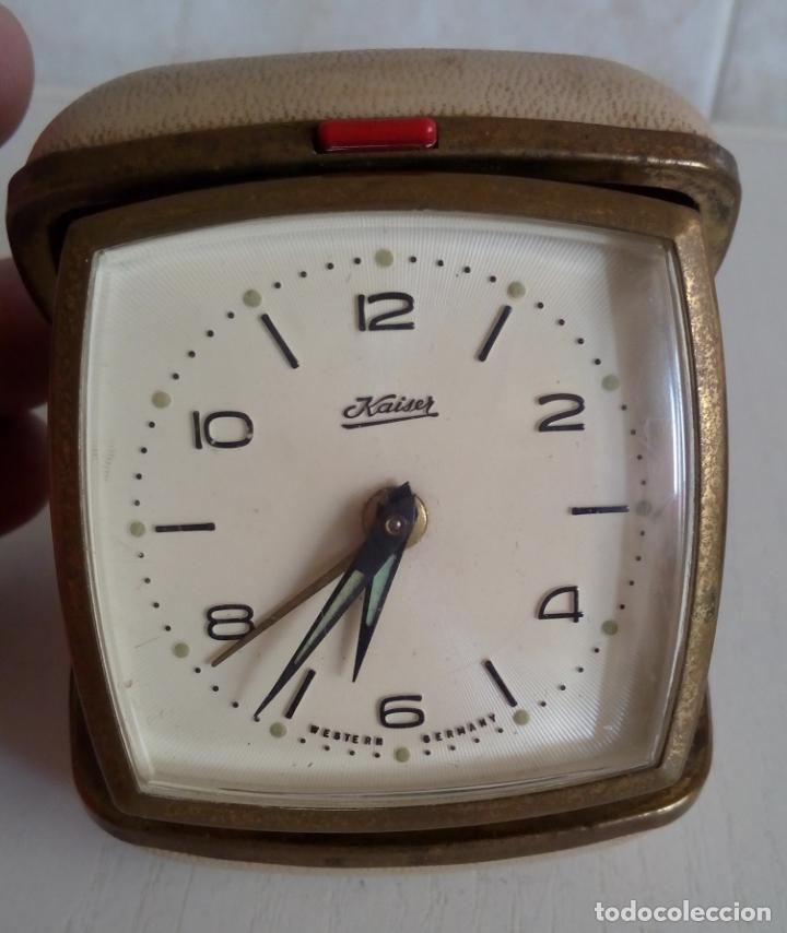 BONITO RELOJ DESPERTADOR DE VIAJE DE CUERDA MARCA KAISER ALEMANIA OCCIDENTAL AÑOS 50/60 DIFICIL (Relojes - Relojes Despertadores)