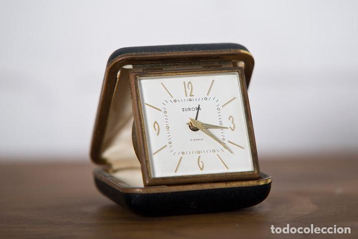 RELOJ DESPERTADOR DE VIAJE EUROPA DE DOBLE TAPA COLOR NEGRO Y NUMERACIÓN DORADA (Relojes - Relojes Despertadores)