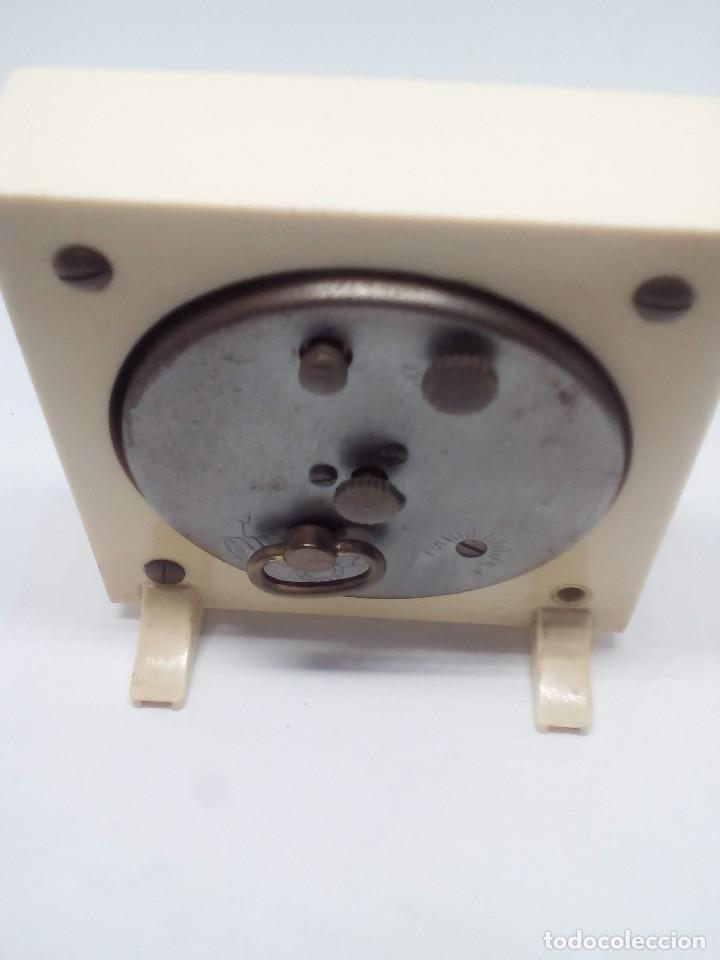 Despertadores antiguos: RELOJ DESPERTADOR MARCA EUROPA 2 RUBIS CUADRADO MEDIDAS 7X8X2 CM FUNCIONANDO - Foto 4 - 103665035