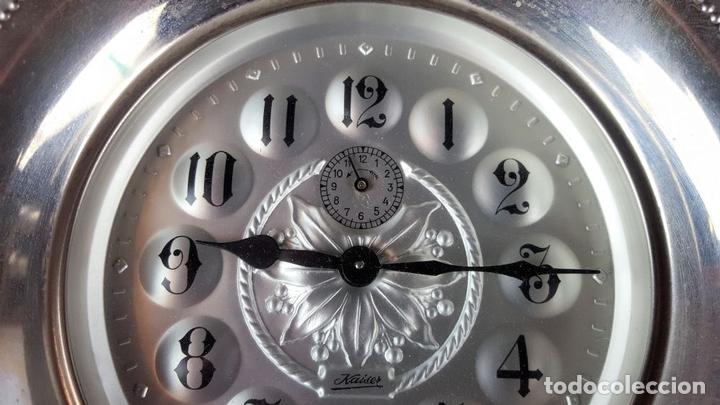 Despertadores antiguos: RELOJ DESPERTADOR DE CUERDA. METAL PLATEADO. KAISER . ALEMANIA. CIRCA 1960. - Foto 10 - 105267003