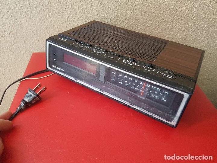 RADIO DESPERTADOR RELOJ VINTAGE AÑOS 80 SANYO RM 5100 SIMULA MADERA ANALOGICO NUMERO (Relojes - Relojes Despertadores)