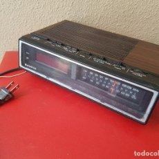 Despertadores antiguos: RADIO DESPERTADOR RELOJ VINTAGE AÑOS 80 SANYO RM 5100 SIMULA MADERA ANALOGICO NUMERO. Lote 234807725